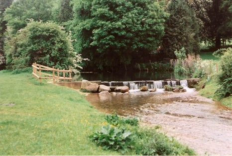 FC280-17 Lower weir to stop errosion Hughenden Park May 2002
